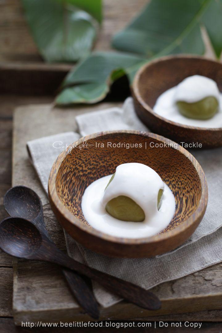 Steam glutinous rice balls drench with coconut milk (Putri mandi)