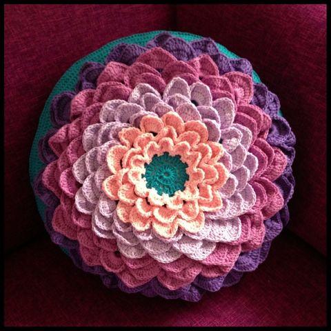 Al een tijdje zie ik een bloemkussen voorbij komen wat heel veel mensen nu maken, ik vind het vooral heel grappig omdat het voor mij al een heel bekend patroon is. In een oud hobbyboek uit 1970 ben ik