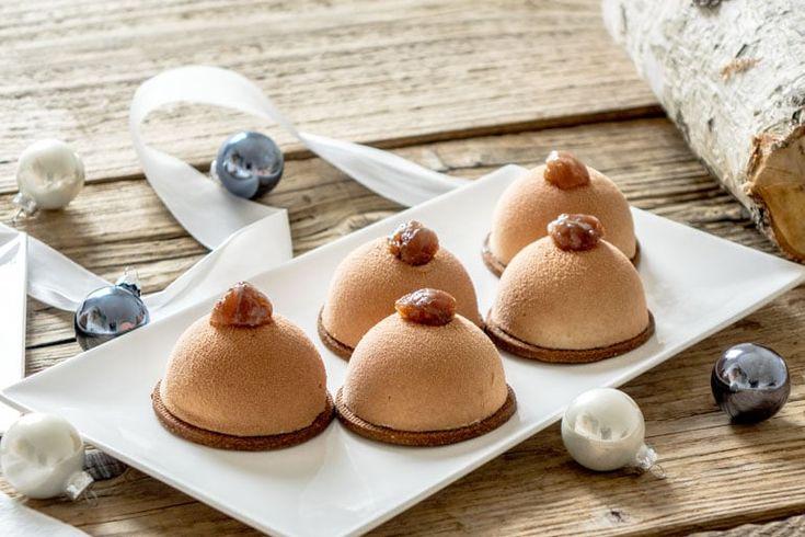 Des petits dômes marrons et poires composés d'un sablé à la farine de châtaigne, d'une mousse aux marrons et d'un cœur de compotée de poires.