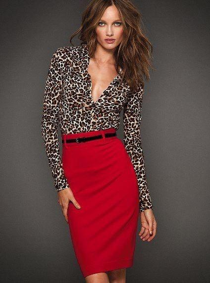 Acheter la tenue sur Lookastic: https://lookastic.fr/mode-femme/tenues/chemisier-a-manches-longues-imprime-leopard-brun-clair-jupe-crayon-rouge-ceinture-en-cuir/4521 — Chemisier à manches longues imprimé léopard brun clair — Ceinture en cuir noire — Jupe crayon rouge