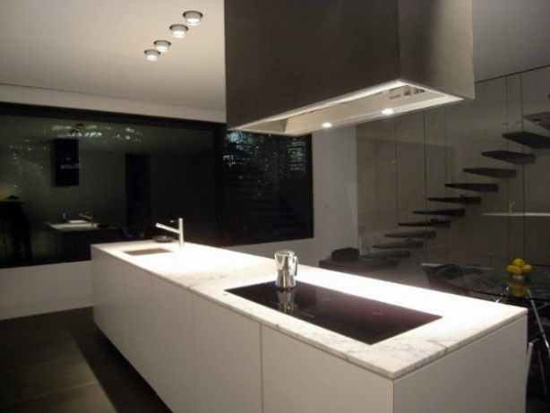Strak witte / zwarte keuken met marmeren blad.