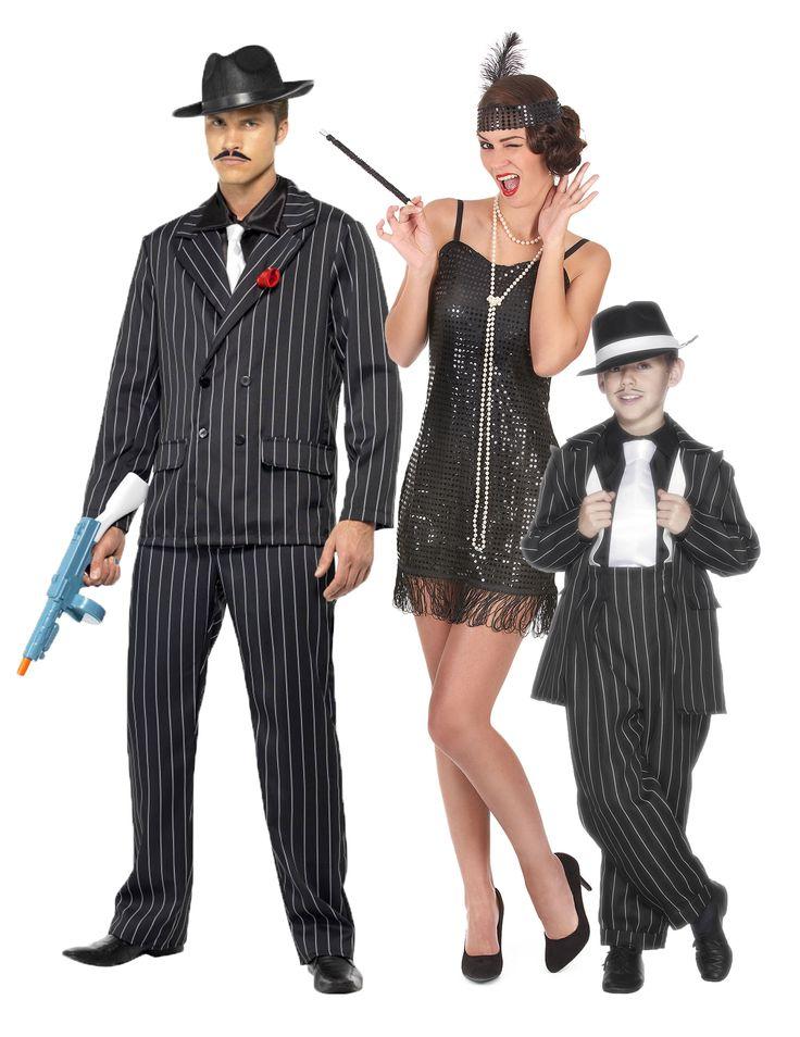 Disfraz de familia charleston gangster: Disfraz de gánster para hombreEste disfraz de mafiosos a rayas negras para hombre incluye cuatro elementos: una chaqueta, un pantalón, una corbata y un delantal que da efecto de camisa...