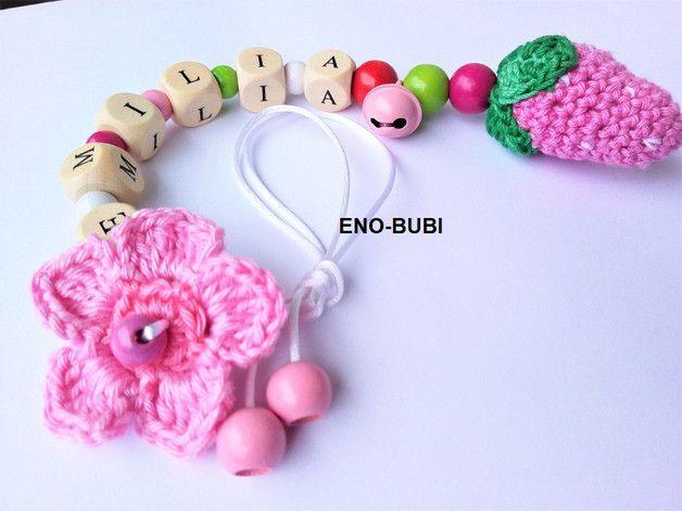 Ich biete diesen süssen Babyschalenanhänger für kleine Mädchen an. Beschmückt ist dieser mit einer schönen gehäkelten Erdbeere und einer Blume. Das Glöckchen dient zur Unterhaltung des kleinen...