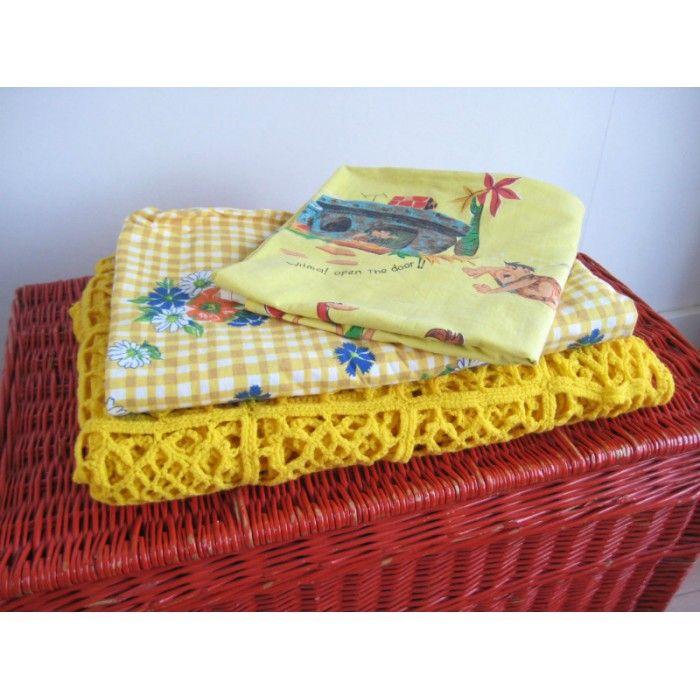 vintage voor de kinderkamer: gordijntje The Flinstones, bloemetjes laken, gehaakte sprei, rieten mand.   www.mevrouwdeuil.nl