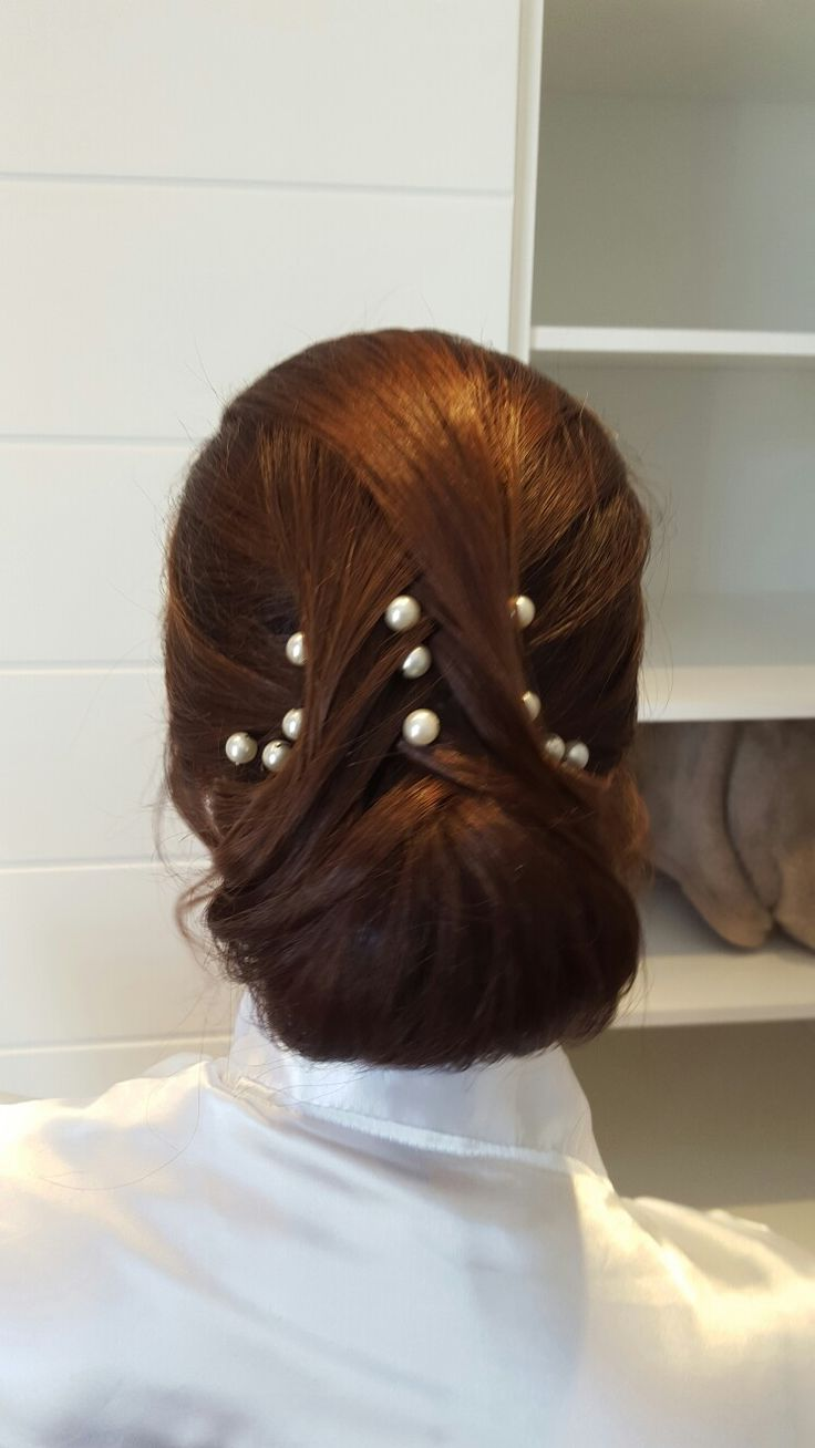 Bridal hair. Classic bun with a modern twist. www.adrihugo.com
