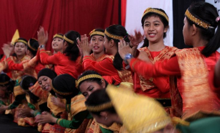 SISWI dan siswa SMK Telkom Makassar menari tari saman dan tarian empat etnis Sulsel saat peresmian Makassar Technoplex di komplek SMK Telkom, Jl A P Petta Rani, Makassar, Senin (13/10). TRIBUN TIMUR/SANOVRA JR