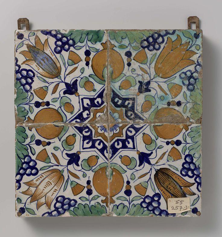 Veld van vier tegels met patroon van druiventrossen, granaatappels, tulpen en sterren, anoniem, ca. 1600 - ca. 1625