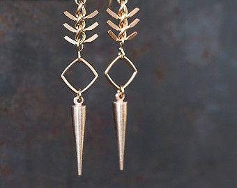 Poignard de bronze et de poissons osseux chaîne boucles d'oreilles - moderne Dangle Tribal urbaine par Prairieoats