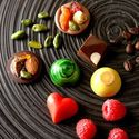 「ラ ブティック ドゥ ジョエル・ロブション」のバレンタイン - 緑や赤の美しいボンボンショコラ