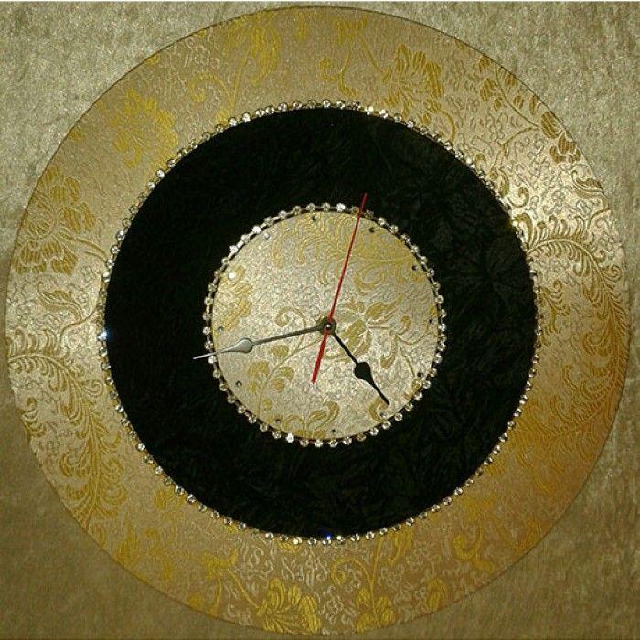 Διακοσμητικό χειροποίητο ρολόι τοίχου με ύφασμα βελούδο μαύρο τσαλακωμένο, ύφασμα κίτρινο λευκό brocade, κρύσταλλα ASFOYR σε μεταλλική αλυσίδα, μεταλλικούs δείκτεs και αθόρυβο μηχανισμό. Διάμετρος 45cm.
