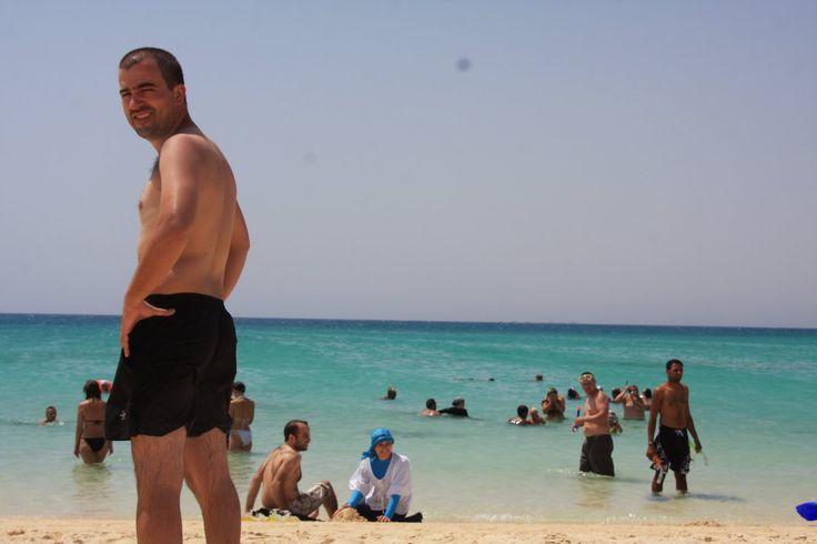 Hurghada foi a nossa primeira paragem na costa do Mar Vermelho. Hoje transformou-se numa estância turística essencialmente russa e da Europa de Leste. Lamentavelmente, os resorts estão construídos em cima da praia e o acesso é exclusivo aos clientes. Tivemos a sorte de ficar alojados num hostel que fazia parte duma cadeia de hotéis e …