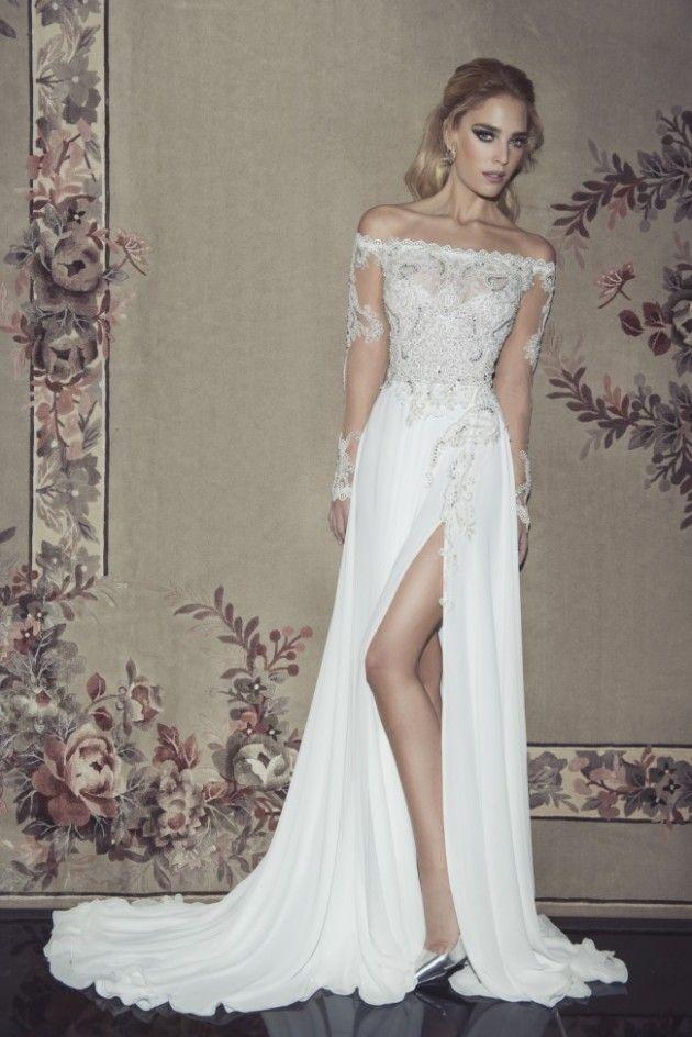 O que dizer dessa fenda super moderna?  Os bordados dão um toque clássico ao visual, mas a fenda, acompanhada de um tecido leve e fluido da saia, trazem um ar sexy ao vestido.