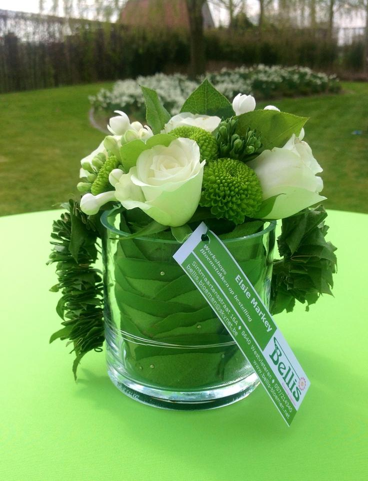 Modern bloemenaccentjes voor op de aperitieftafel.