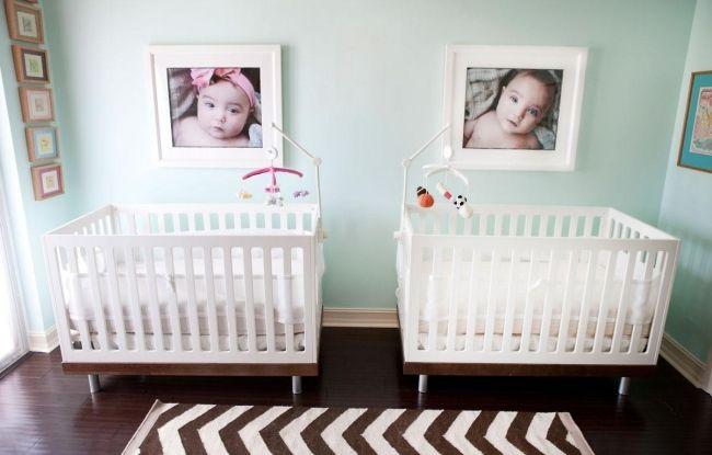 chambre de bébé pour jumeaux avec un plancher de luxe brun