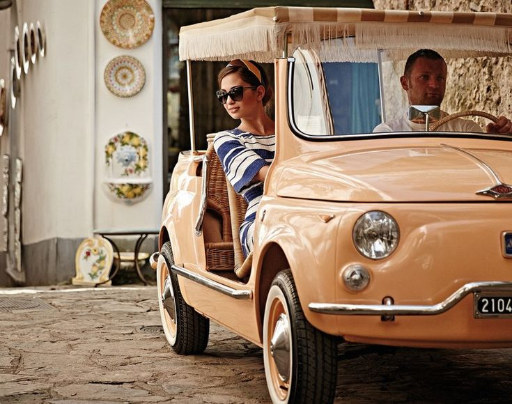 Με αφετηρία τη Νάπολη, νοικιάζουμε αυτοκίνητο και εξερευνούμε το τραχύ αλλά πανέμορφο τοπίο της περιοχής που μετατράπηκε σε καταφύγιο των πλούσιων και διάσημων. Η Ακτή Αμάλφι είναι ο ορισμός του Italian chic.