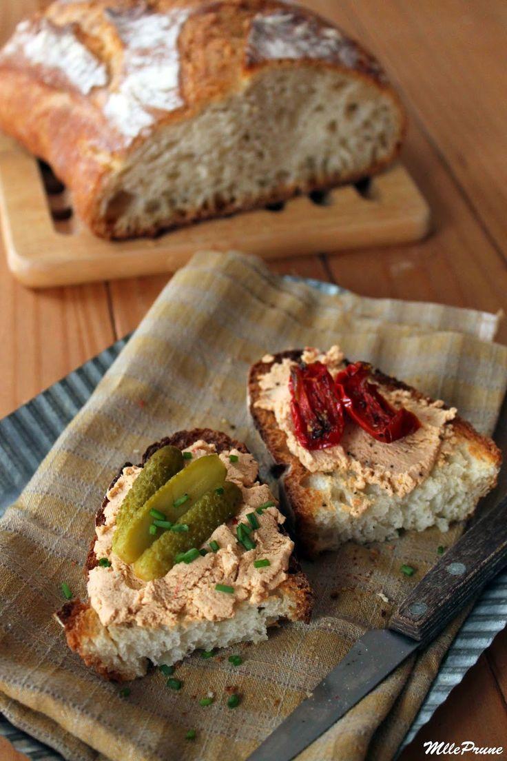 Pâté vegan express 200 g de tofu ferme nature  1 gousse d'ail 1 pointe de couteau d'ail des ours en poudre 1 càc de muscade en poudre 1 càc de cognac 3 tranches de tomates séchées 2 càc de levure de bière 3 càs d'eau sel fin poivre moulu huile d'olive pour la cuisson des tranches de pain grillées