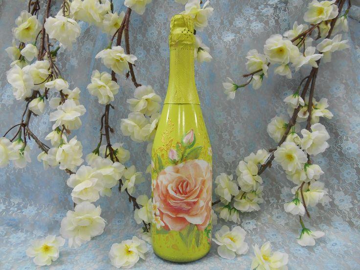 Подарочное шампанское в бутылке цвета шартрез с рисунком чайной розы , выполненной в технике декупаж. #праздник #подарок #шампанское #шартрез #роза #декупаж #ручнаяработа #soprunstudio