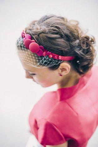 noni 2015 Haarband zum Brautkleid in Rot mit Knöpfen, Bolero mit Stehkragen und Flügelarmen aus roter Seide (www.noni-mode.de - Foto: Le Hai Linh)