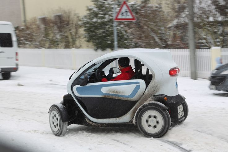 This insight is the Renault Twizy in winter a great buddy. It transports you literally dry foot to your destination, with plenty of fresh air blows sad thoughts out of his head and pulls the winter gray passers corners of the mouth upward.