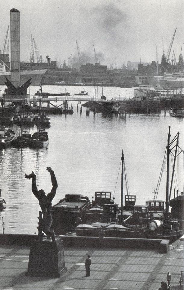 Mooie foto van twee oorlogsmonumenten eind jaren 50