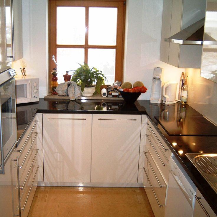 Küche in weiß hochglanz mit schwarzer steinarbeitsplatte
