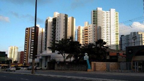 Cobertura duplex com 222 m² de área privativa, varanda, duas salas para dois ambientes, gabinete, quatro quartos com armários sendo duas suítes, dois WCS, copa/cozinha c/ armários, área de serviço, DCE, solário, em Miramar - João Pessoa, Paraíba.