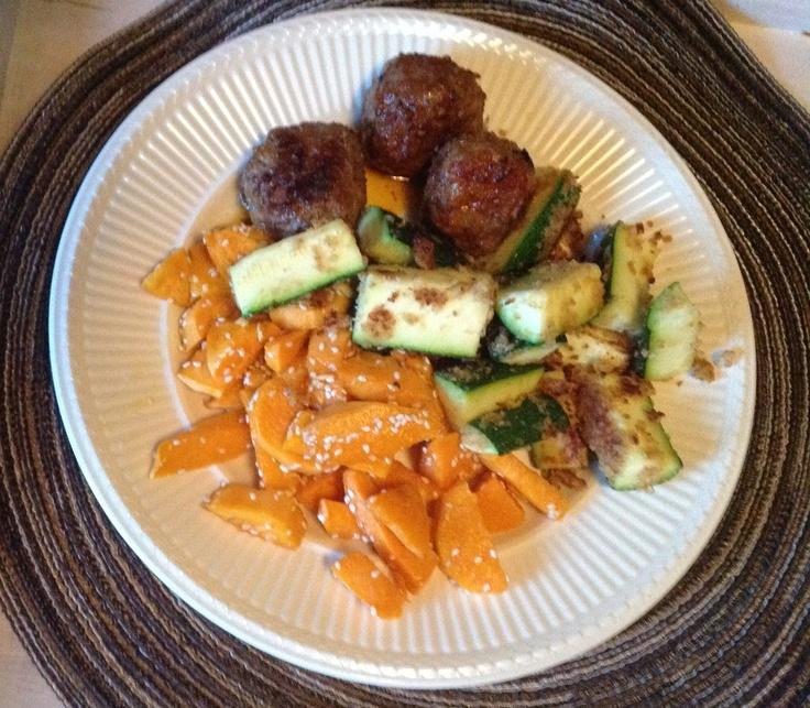 Zoete aardappel met knof en sesam, gepaneerde courgette en gehaktballetjes