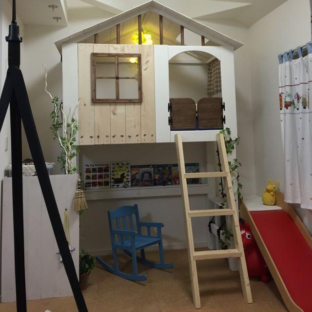 akatukiyukiさんの、子供スペース,間接照明,バターミルクペイント,すべり台,はしご,ロフト,小屋,セリア,板壁,IKEA,ベッド,子供部屋 ,SPF材,ロフトDIY,ツリーハウス風,子どもスペース,Bedroom,のお部屋写真