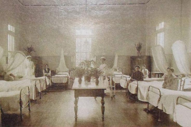 Quando foi inaugurada, em 1894, o Hospital Samaritano trouxe para a cidade o padrão inglês de atendimento na área médica, com a equipe de enfermeira comandada por uma profissional diplomada (a foto abaixo, de 1915, mostra a ala de internação feminina). Até então, apenas religiosas trabalhavam nos hospitais paulistanos. No Samaritano surgiram os primeiros cursos de enfermagem de São Paulo. A escola funcionou até 1971.