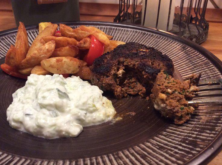 Græsk bøf med feta og persille er en klassisk hakkebøf piftet op med en god gang feta, en virkelig anderledes hakkebøf, fuld af smag og god fylde. Server den sammen med en græsk tomatsalat og eller græsk kartoffelsalat, sammen med en god gang Tzatziki så har du et fantastisk måltid. Er også formidabel i en burgerbolle sammen med grillet peberfrugter, solmodne tomater, hjemmelavet Tzatziki og råstegte kartofler. Det er med vilje at der ikke er tilsat salt, da fetaen er salt og dermed tilføjer…