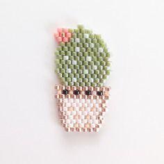 Petite broche cactus en fleurs en perles miyuki tissée à la main.