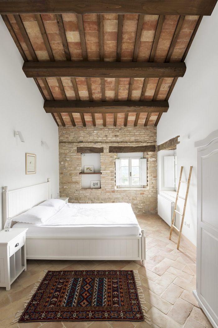 Каменные терракотовые полы, керамическая плитка на потолке, деревянные балки и белая отделка — отличительные черты классического местного стиля.