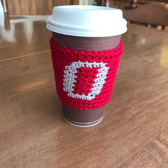Free crochet pattern for an Ohio State cup cozy using the tapestry crochet technique.