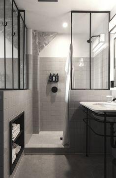 Douche à l'italienne : petite marche - mur jusqu'à mi-hauteur avec verrière au dessus - rangement pour les produits