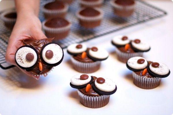 La decoración de cupcakes permite infinidad de acabados. Nuestras receta se convierte con ingredientes simples en un precioso búho para Halloween.