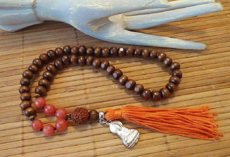 Japamala de 54 contas de madeira 8mm, Rudraksha (semente indiana) e jade 8mm. O mantra é uma fórmula mística e ritual recitada ou cantada repetidamente. O termo é uma palavra em sânscrito que significa 'controle da mente'. O mantra é repetido de forma a auxiliar a concentração durante a medita...