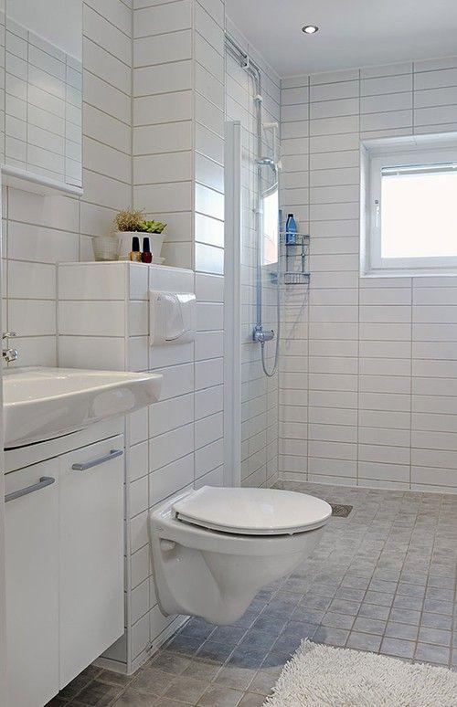 Ifö Sign möblpaket, vägghängd toalett och en duschvägg med vita profiler. Detta lilla badrum är bländande vitt och väldigt anonymt- vilket är en fördel när man ska sälja!