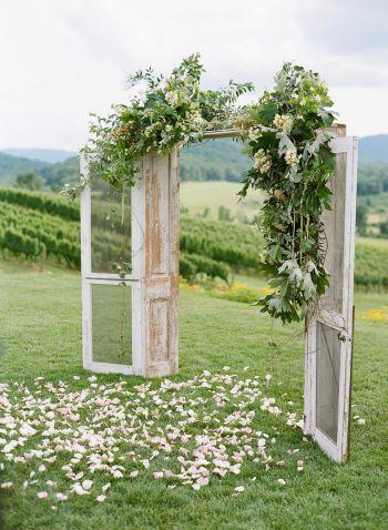 Porta dupla com arranjo cheio de flores e folhas