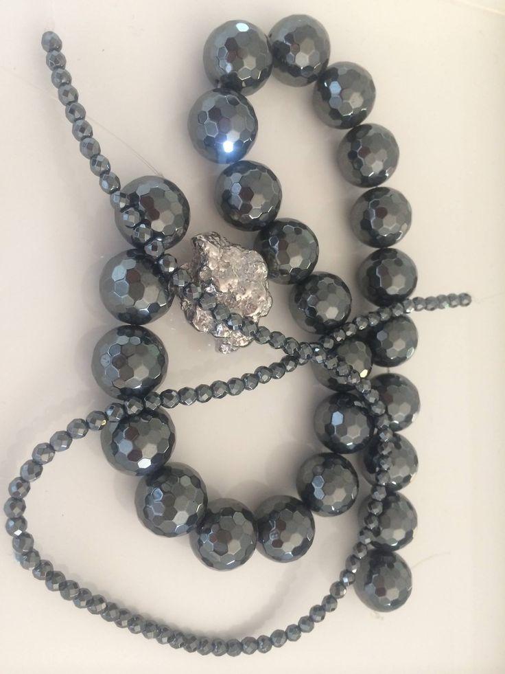 Collana in ematite da 16 mm e da 4 mm con sasso in argento 975