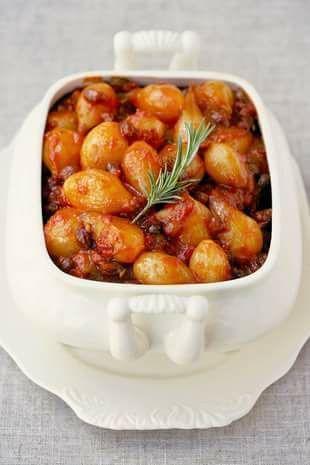 Uie-en-rosyneslaai Die wonder van dié slaai is dat dit minstens 'n week in die yskas kan hou. (10 porsies) • 1½ kg klein piekel-uitji...