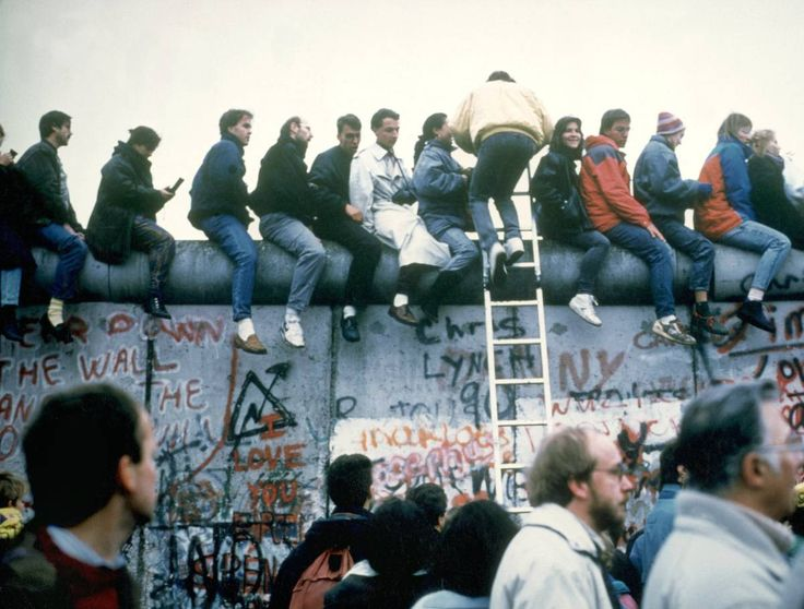 """1989 / Berlin Duvarı-nın Yıkılması  Berlin Duvarı, (Almanca: Berliner Mauer) Doğu Almanya vatandaşlarının Batı Almanya-ya kaçmalarını önlemek için Doğu Alman meclisinin kararı ile 13 Ağustos 1961 yılında Berlin-de yapımına başlanan 46 km uzunluğundaki duvar. Batı-da yıllarca """"Utanç duvarı"""" (Schandmauer) olarak da anılan ve Batı Berlin-i abluka altına alan bu betondan sınır, 9 Kasım 1989-da Doğu Almanya-nın, isteyen vatandaşların Batı-ya gidebileceğini açıklamasının ardından tüm ..."""