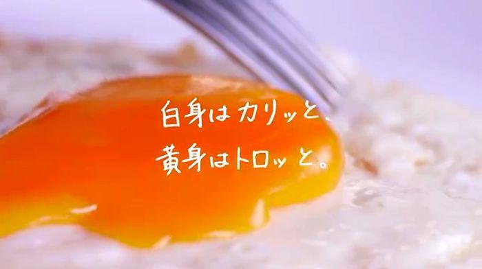 フライパンに油をひいて卵を割り入れ、水を少量。 蓋をして弱火で3分で完成する目玉焼きは、短時間で出来る朝ごはんの定番ですね。 簡単で美味しい目玉焼きですが、ほんの一手間をかけるとカリカリとろ~りの絶品目玉焼きになるんです。