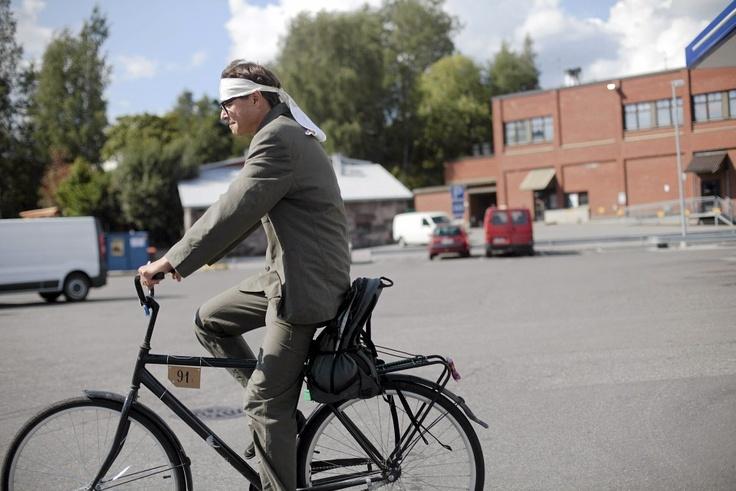 Yrjänä Sauros matkalla kohti maalia. Wauhtiajot esitteli kaupungin vanhat pyöräkaunottaret - katso kuvakooste. Kuva: Vesa Laitinen