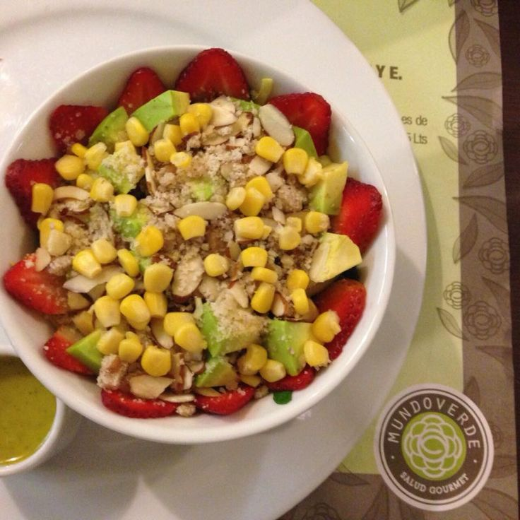 Nos comparte uno de nuestros clientes creativos esta deliciosa ensalada ¿te gusta? tiene aguacate, champiñones, fresas, mango, maiz, espinaca, nueces, almendras y aguacate  #MenúMundoVerde