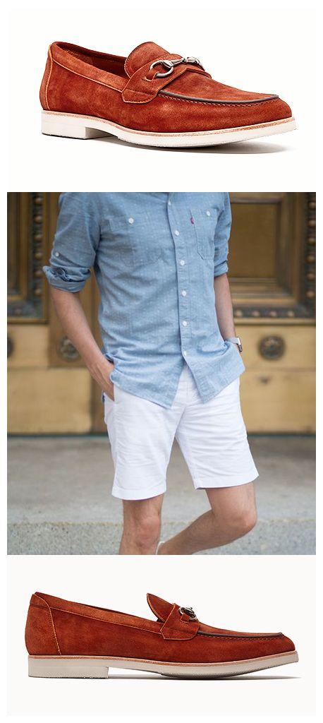 © Los #mocasines son ideales para llevarlos en un día soleado de paseo. Úsalos con #shorts y una camisa en tonos claros.