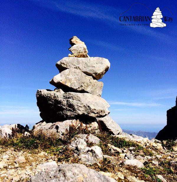"""Los hitos o """"jitos"""" (como decimos en mi tierra), son montoncitos de piedras apiladas que sirven para marcar los caminos en terreno de montaña."""
