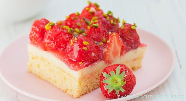 Erdbeerkuchen mit Pudding kommt immer gut an! Hier gibt´s ein besonders leckeres, einfaches Erdbeerkuchen-Rezept für ein Blech.