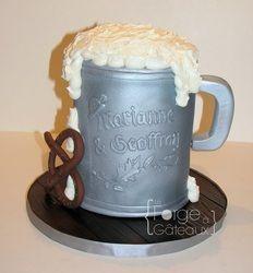 Oktoberfest engagement cake - Beer stein La Forge à Gâteaux #EngagementCake #OktoberfestCake #BeerSteinCake www.laforgeagateaux.com