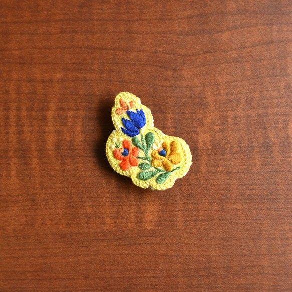 花の刺繍のブローチです。[サイズ]W3.5cm×H4.5cmカラフルなので、ファッションのアクセントに。服、帽子、かばんなど、布のものならなんでも...|ハンドメイド、手作り、手仕事品の通販・販売・購入ならCreema。