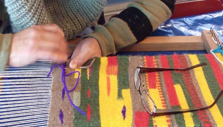 Alumna tejiendo